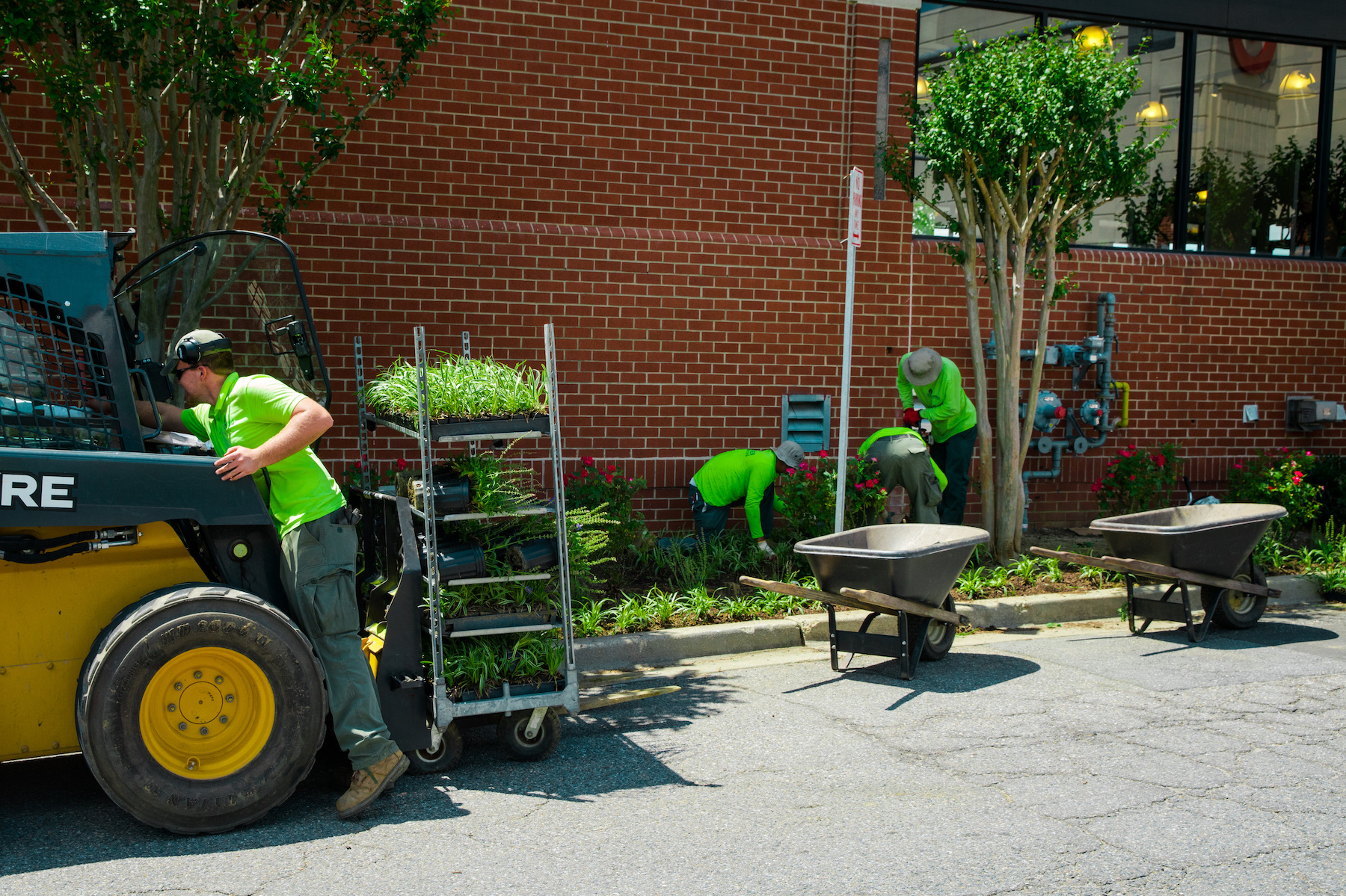 8 Benefits of Hiring a Commercial Landscaping Company for Your City, Municipality, or Town